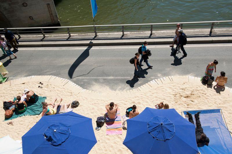 Grande plage sur la rive droite des berges de Seine, où Paris Plages occupe, cette année, un espace réduit de 1000 mètres voie Georges-Pompidou, du Pont Neuf au square de l'Hôtel-de-Ville.