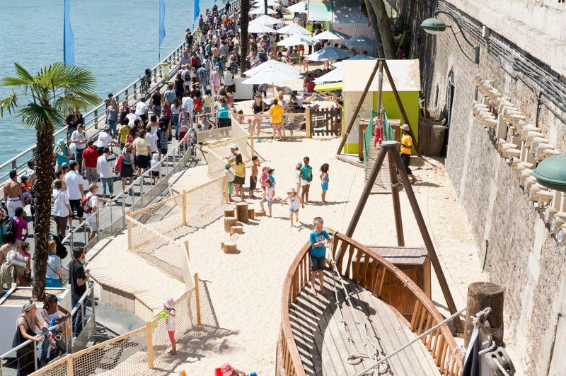 Un espace de jeux pour les enfants de 3 à 6 ans, avec des seaux, un bateau échoué à escalader, une tyrolienne des toboggans, la «ludo-plage», est aménagée voie Georges-Pompidou, au niveau du Pont-au-Change.