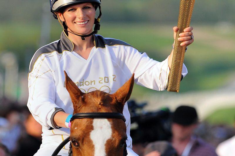 Avec une telle ascendance, il n'est pas étonnant que leur fille Zara Phillips elle ait aussi embrassé l'équitation. En 2004 et 2008, la jeune femme avait été sélectionnée aux JO mais une blessure de son cheval l'a empêchée à chaque fois de se présenter. L'affront sera lavé avec les JO de Londres. La petite fille d'Elizabeth II, qui a été une des porteuse de la flamme olympique, a été retenue dans l'équipe britannique de concours complet. Elle a été mardi 31 juillet 2012 la première membre des Windsor à remporter une médaille olympique en décrochant l'argent pour le concours complet en équipe.