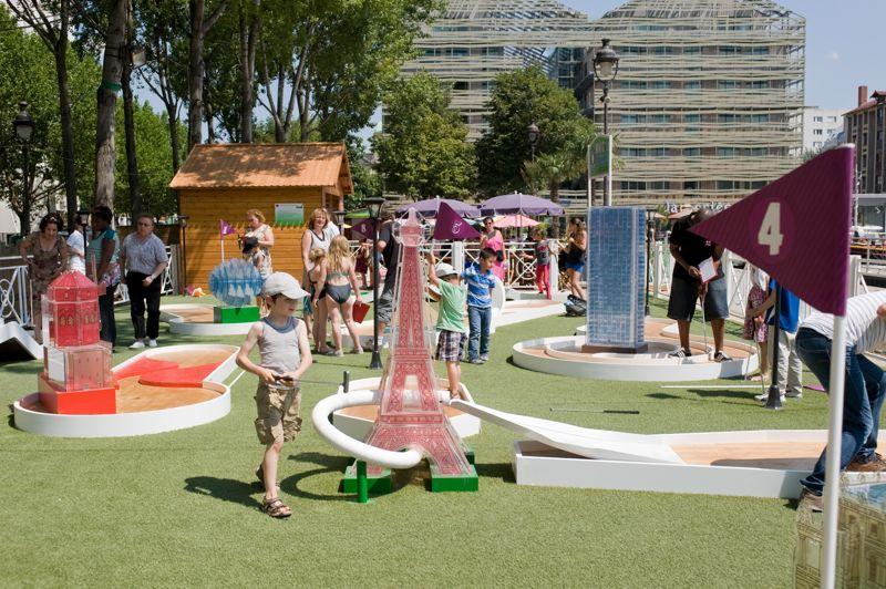 Un parcours de minigolf pour enfants et adultes est installé Quai de Seine, et propose une visite des monuments parisiens en neuf trous (Tour Eiffel, Château de Versailles...).