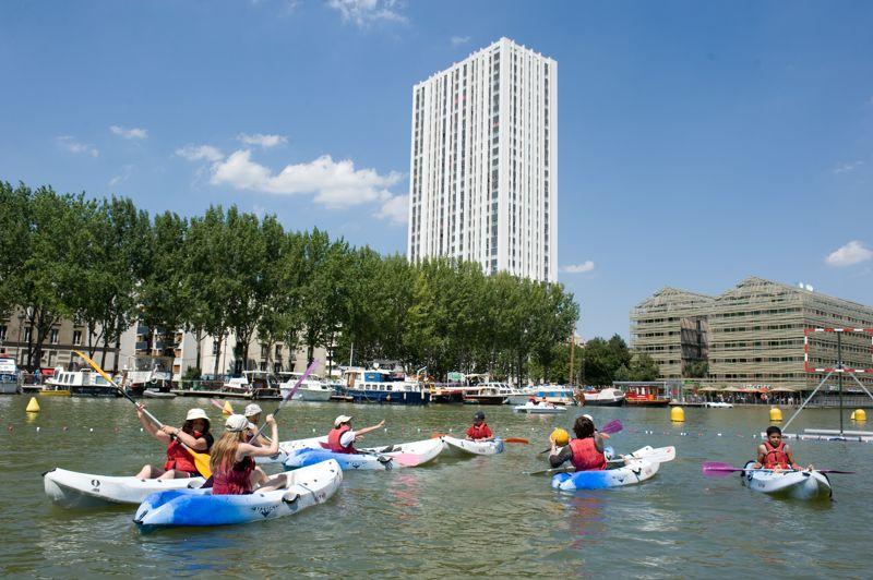 Les traditionnelles activités nautiques autour de la base du Quai de Loire. Avirons, kayaks, kayaks-polos, voiles, pédalos et barques sont ouverts au public pour voguer sur le bassin de la Villette.