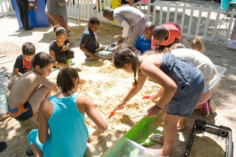 Bacs à sable, bassin de la Villette. Environ 5000 tonnes de sable sont nécessaires pour Paris Plages.