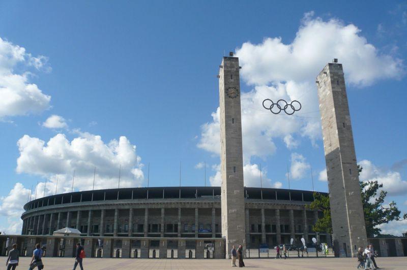 BERLIN 1936 - Initialement construit pour les Jeux olympiques de 1916 (annulés à cause de la guerre), le stade olympique sera rénové et agrandi à l'occasion de l'édition de 1936 organisée par l'Allemagne nazie.