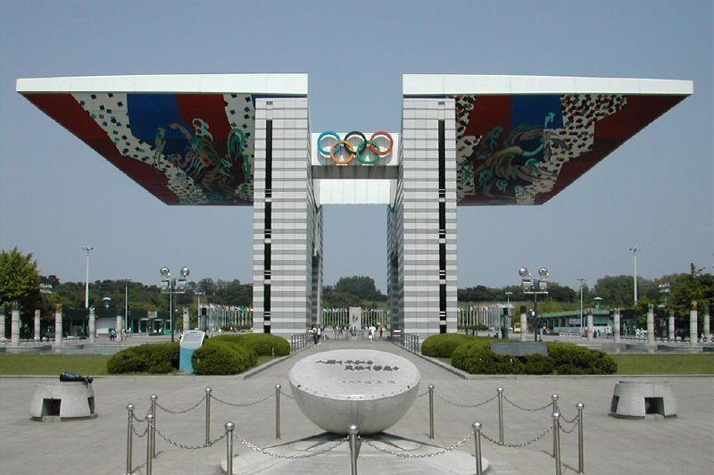 SÉOUL 1988 - La Porte de la Paix, dessinée par l'architecte coréen Kim Chung-up s'élève sur 24 mètres de haut et 62 mètres de long à l'entrée du parc olympique. Le style est fortement influencé par l'architecture coréenne traditionnelle.
