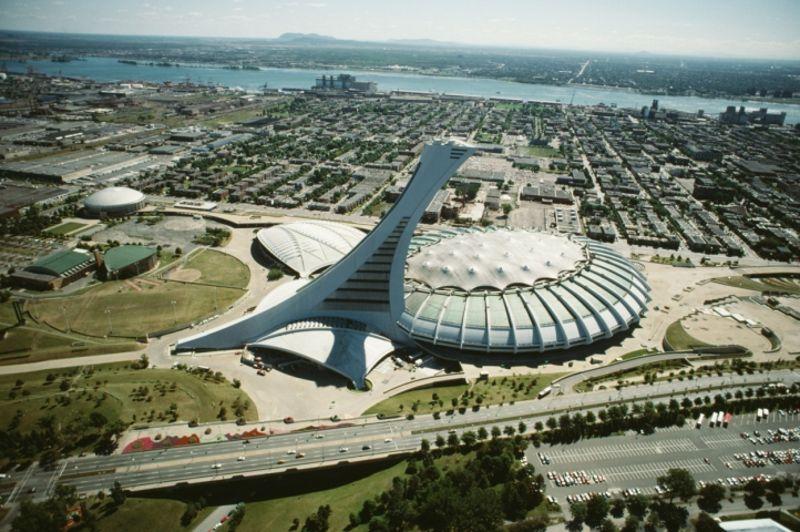 MONTRÉAL 1976 - Plus grande tour inclinée au monde, la tour de Montréal surplombe le stade olympique de ses 175 mètres de haut et offre à son sommet un panorama jusqu'à 80 kilomètres à la ronde.