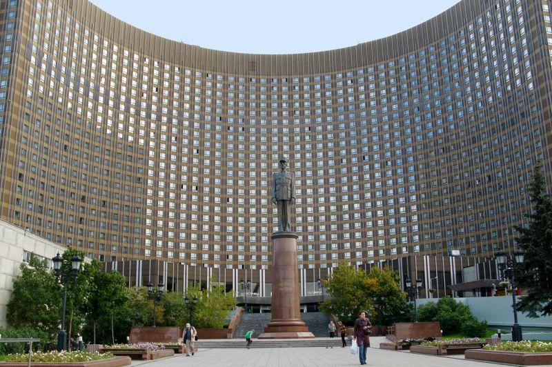 MOSCOU 1980 - Inauguré en 1979, cet hôtel de 25 étages, est né d'une collaboration entre architectes français et russes. Depuis 2005, le visiteur peut admirer devant la façade principale, la statue de Charles de Gaulle.