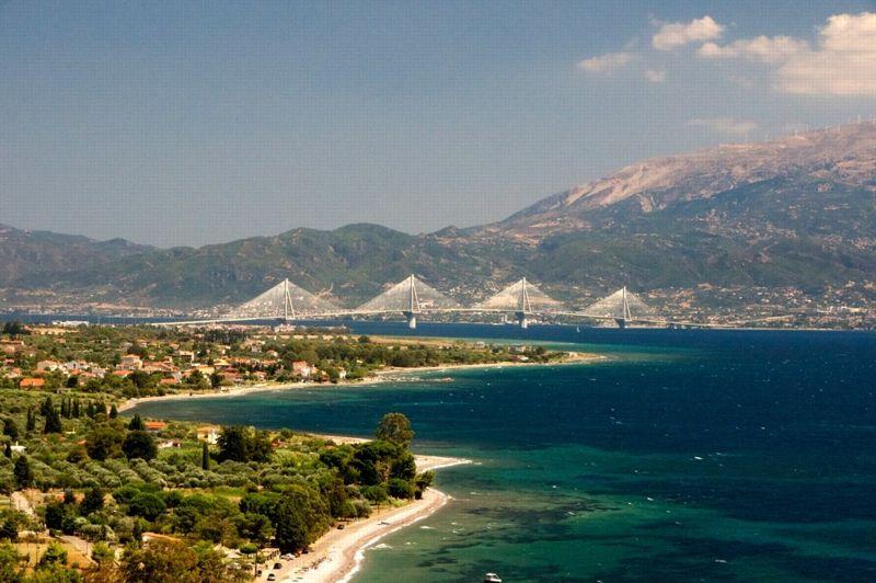ATHENES 2004 - La Grèce ne s'est jamais vraiment remise des Jeux olympiques pour lesquels elle a beaucoup investi en infrastructure. En témoigne ce pont reliant la péninsule du Péloponnèse à la Grèce continentale qui, détrôné par le viaduc de Millau, fut le plus long tablier haubané au monde pendant cinq mois (2252 mètres).