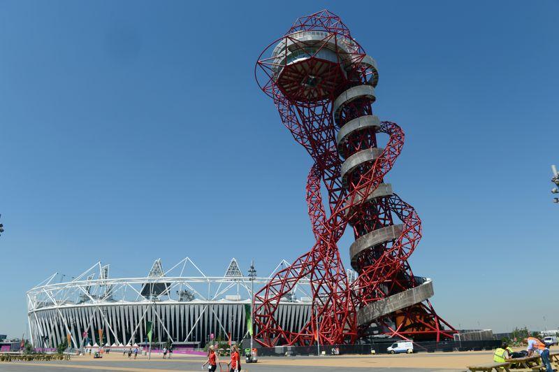 LONDRES 2012 - La tour ArcelorMittal Orbit est le cadeau du géant de l'acier indien fait à Londres pour ses Jeux olympiques. Au vu des réactions et autres surnoms donnés par les Londoniens à l'édifice, «trombone mutant» ou «narghilé géant», la structure métallique de 115 mètres ne fait pas encore tout à fait l'unanimité...