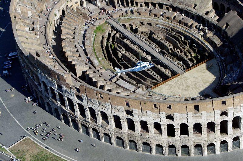 Cinq fois moins valorisé que la Tour Eiffel, le Colisée (estimé à 91 milliards d'euros), s'affiche en tête des monuments italiens les plus «chers». Situé au centre de Rome, l'amphithéâtre est le plus grand jamais construit dans l'empire romain. À partir de décembre prochain, le Colisée, en état de ruine, sera rénové: le roi italien de la chaussure Tod's met 25 millions d'euros sur la table pour financer la conservation «d'un des symboles de l'Italie dans le monde», et la construction d'un centre d'accueil ainsi qu'un restaurant à l'intérieur. Le monument reste ouvert pendant les travaux.