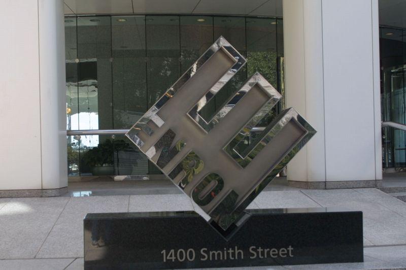 33.000 dollars. Pour un logo dessiné par l'un des plus célèbres graphiste américain, Paul Rand, qui est l'auteur de nombreuses affiches et logos d'entreprises. Parmi ses créations, on peut citer les logos d'IBM ou UPS, par exemple. Celui d'Enron date des années 1990.