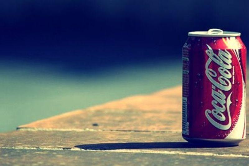 0 dollar. La première version du logo de la célèbre boisson gazeuse date de 1886. C'est Frank Robinson, associé du fondateur de la marque John Pemberton qui a eu l'idée de l'écriture manuscrite raffinée avec les deux majuscules. Le logo n'a donc rien coûté à la société. Malgré quelques modifications graphiques, la marque n'a quasiment pas changé.