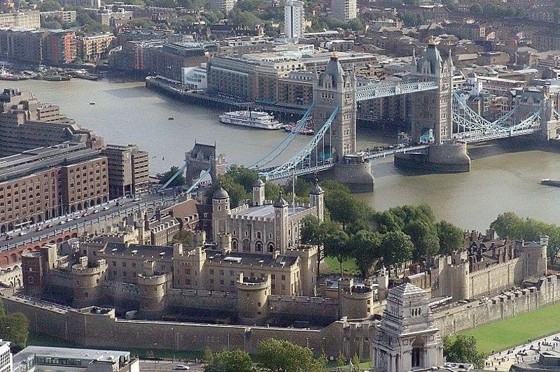 À Londres, la Tower of London», vaut 70,5 milliards d'euros, selon l'étude de la chambre du Commerce de Monzia et Brianza. Une estimation qui ne tient pas compte des retombées positives des Jeux olympiques de Londres qui viennent de se terminer. La Tour de Londres est un site incontournable pour les visiteurs de la capitale anglaise. Surnomée la Tour Sanglante, la forteresse, située aux abords de la Tamise, fut le château anglais le plus redoutable: il a servi de lieu d'exécution, de torture et d'emprisonnement.