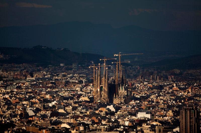 À 90 milliards d'euros, la Sagrada Familia est l'un des monuments dont la valeur touristique est l'une des plus élevée d'Europe. La basilique, monument le plus emblématique de Barcelone, reflète l'œuvre et la vie de son créateur, Antoni Gaudi. L'artiste a livré toutes ses connaissances architecturales, et, par manque de financements, son patrimoine, pour ce projet qu'il n'a pas pu terminer, alors qu'il succombait brutalement à un accident de tramway en 1926. La Sagrada Familia est encore aujourd'hui en travaux, après plus d'un siècle de rebondissements.