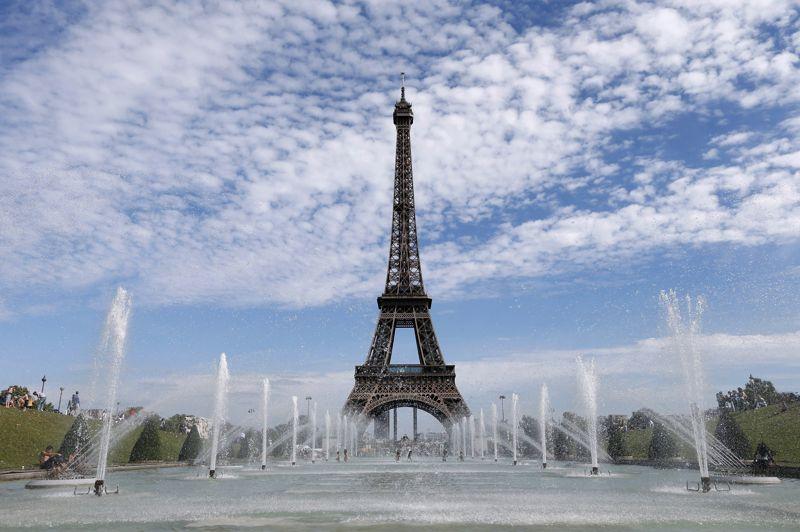 L'étude de la chambre du Commerce de Monza et Brianza, a estimé la «valeur touristique» de célèbres monuments européens en compilant des données d'Eurostat, Istat (équivalent de l'Insee en Italie) ou encore Urban Audit, sur 10 critères économiques, socio-culturels, et touristiques. Largement en tête, la Tour Eiffel vaut, selon cette étude, 434 milliards d'euros, non pas en terme de valeur matérielle, mais en terme d'image de marque. À ce «prix», la Dame de fer équivaut à un cinquième du PIB de la France, ou environ dix fois les intérêts annuels de la dette française. Elle réprésente aussi à elle seule la dotation du FESF, le Fonds européen de stabilité financière (440 milliards). Symbole de l'Hexagone dans le monde, et vitrine de Paris, elle accueille près de 7 millions de visiteurs par an (dont environ 75% d'étrangers), ce qui en fait le monument payant le plus visité au monde.