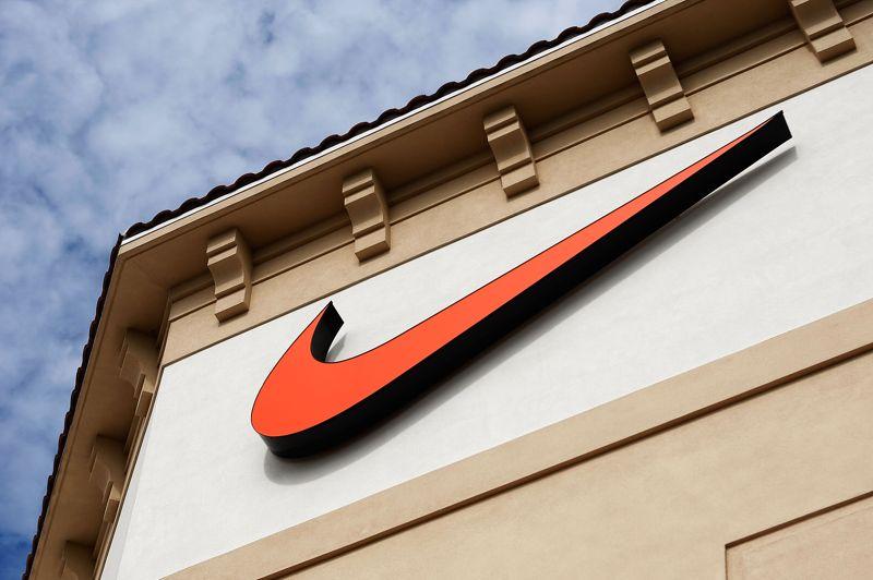 35 dollars. C'est la somme dépensée par Nike en 1971 pour s'approprier le logo. C'est une jeune étudiante en art graphique nommée Carolyn Davidson qui l'a dessiné. Elle s'est par la suite chargé de différentes tâches (publicités, affiches, brochures) pour la firme jusqu'à ce que les dirigeants décident de faire appel à une agence de communication.