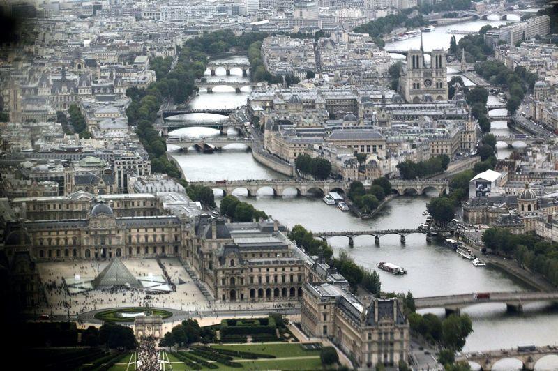Enfin la capitale française ferme la marche de ce classement des prix de l'immobilier avec une baisse record de 3,4% en six mois. La crise européenne, tout comme le projet de taxation des hauts revenus semblent avoir eu raison de la hausse spectaculaire des dernières années.