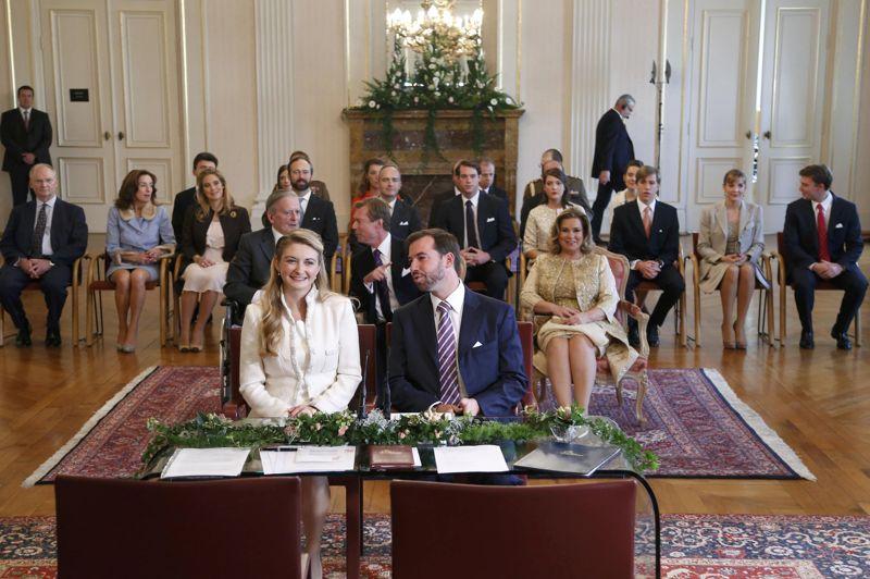le dernier prince c libataire d 39 europe s 39 est mari. Black Bedroom Furniture Sets. Home Design Ideas