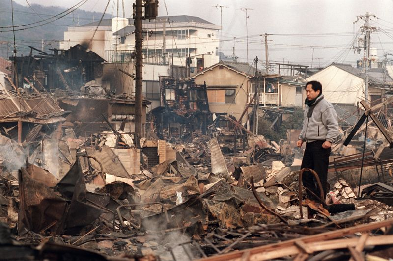 JAPON - Le séisme de Kobe, au Japon, qui s'est déclenché le 17 janvier 1995, aura coûté au Japon près de 100 milliards de dollars et la vie à plus de 6000 personnes. C'est la deuxième plus grande catastrophe naturelle du pays après celle de Fukushima.