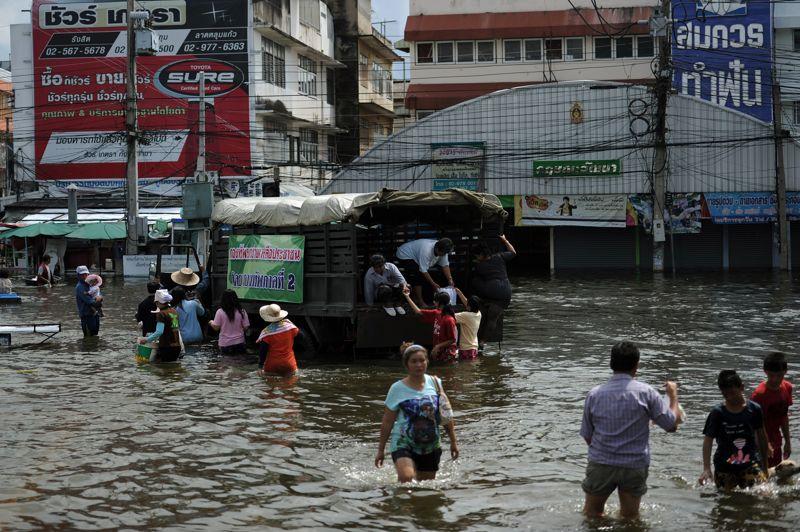 THAILANDE -Les inondations d'août 2011, qui ont notamment paralysé la production mondiale de disques durs pendant plusieurs mois, ont provoqué près de 40 milliards de dollars de pertes économiques et la mort de plus de 800 personnes. Plus de 2000 maisons ont été détruites et près de 100.000 partiellement endommagées, selon les chiffres du gouvernement.