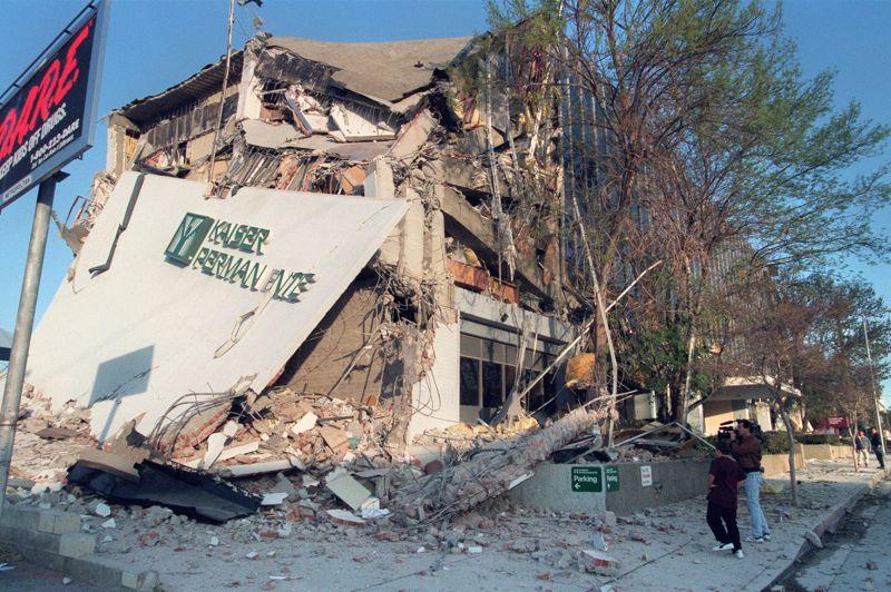 ETATS-UNIS - C'est la quatrième plus coûteuse catastrophe naturelle qui a frappé le pays. Le 17 janvier 1994, le séisme de Northridge, qui s'est produit près de Los Angeles, a fait 30 milliards de dollars de dégâts, 60 morts et 10.000 blessés.