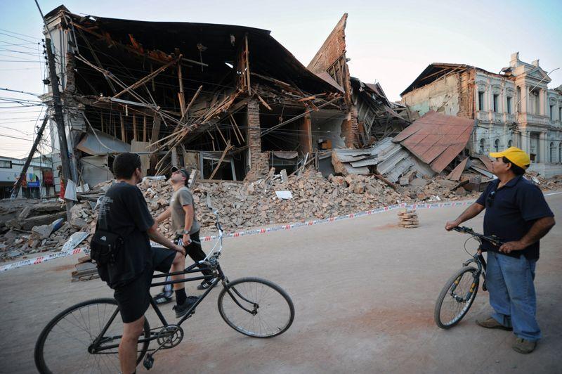 CHILI - Le séisme qui a touché le pays le 27 février 2010 a été le plus coûteux de l'histoire du pays. Il a provoqué près de 30 milliards de dollars de pertes économiques et plus de 560 morts. Des bâtiments et des ponts se sont effondrés, l'électricité et le téléphone ont été coupés. À Chillan, au centre du pays, un mur extérieur de la prison s'est effondré lors des secousses, blessant grièvement un gardien et laissant s'échapper 269 détenus, dont 60 furent repris par la suite selon le directeur de la Police pénitentiaire.