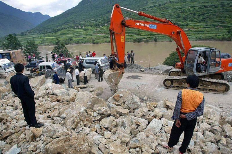 CHINE - En juillet 1998, le fleuve Yangzi Jiang déborde. Il s'agit alors des pires inondations dans l'empire du Milieu depuis des décennies. Elles coûteront 30 milliards de dollars au pays et la vie à plus de 3600 personnes.