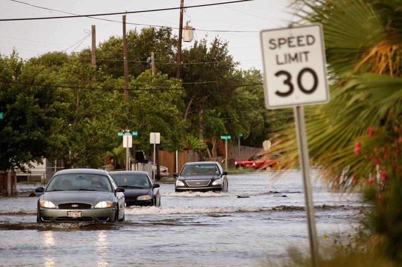 ETATS-UNIS - L'ouragan Ike, qui a touché de plein fouet le pays ainsi que Cuba et Haïti, à partir du 12 septembre 2008, a provoqué plus de 30 milliards de dollars de dégâts et entraîné la mort de plus de 80 personnes en Amérique du Nord.