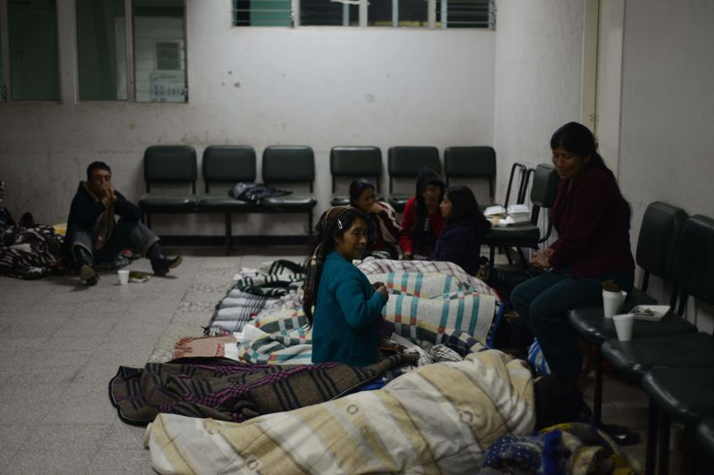 Des proches attendent à l'hôpital de San Marcos. Près de 160 personnes ont été blessées, le président guatémaltèque a annoncé que plus de 2.000 soldats devaient être déployés pour porter secours aux victimes de la catastrophe.