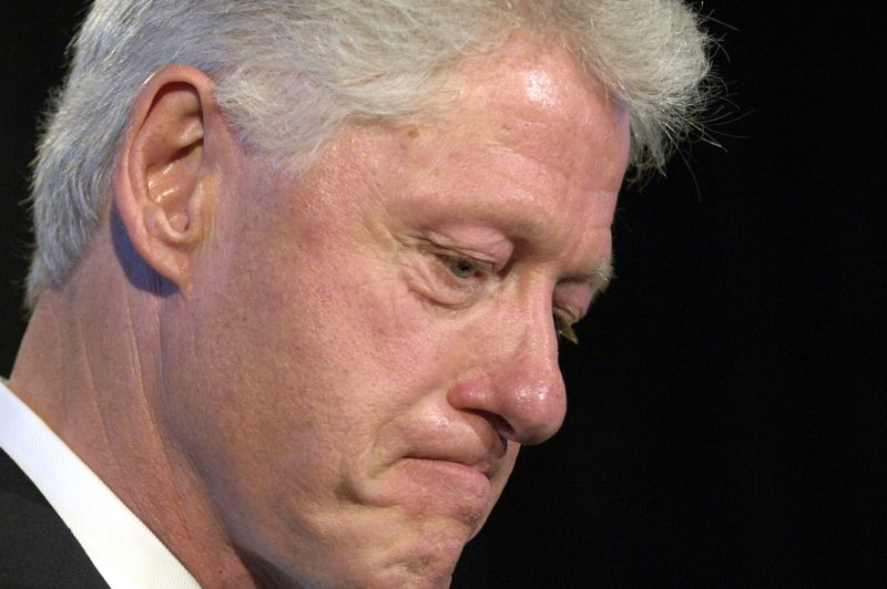 1997: Bill Clinton - Le président américain a été mis en grande difficulté en 1998 lorsque les relations sexuelles qu'il avait entretenues avec une jeune stagiaire à la Maison-Blanche, Monica Lewinsky, ont été rendues publiques. Accusé de parjure pour avoir nié cette aventure, Bill Clinton est passé tout près de la destitution.