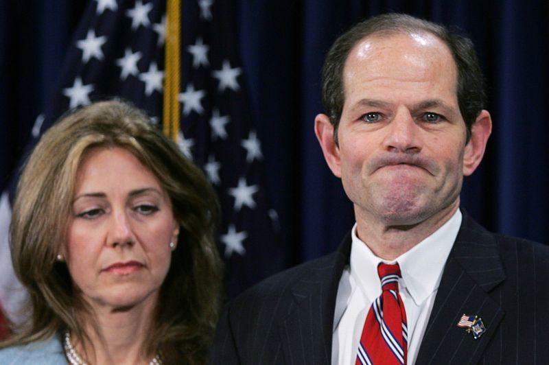 2008: Eliot Spitzer - Perçu par les New-Yorkais comme un modèle de vertu, le gouverneur de New York, ancien procureur général, était un client régulier des réseaux de prostitution auxquels il avait déclaré la guerre. Deux jours après avoir avoué des relations tarifées, le gouverneur démissionne de son poste et voit l'avenir politique brillant qui lui était promis partir en fumée.