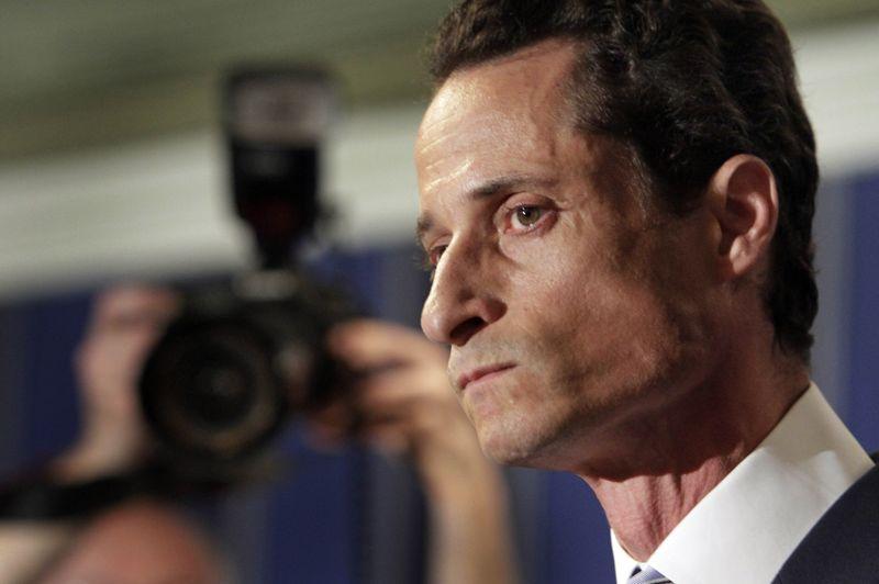 2011: Anthony Weiner - L'élu de New York est accusé d'exhibitionnisme après avoir envoyé à des femmes des photos érotiques de lui-même via le réseau Twitter. Une fausse manipulation sur le réseau l'a démasqué. L'étoile montante démocrate, qui comptait s'emparer de la mairie de New York en 2013, est contraint de renoncer à ses ambitions politiques et démissionne de son poste à la Chambre des Représentants.