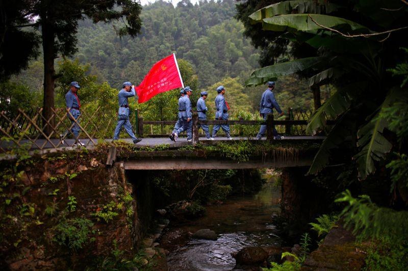 Lors d'un stage de formation, les stagiaires de l'école de Jinggangshan, inféodée au Parti communiste chinois, parcourent le lieu de naissance de l'ancien dirigent Mao Zedong.