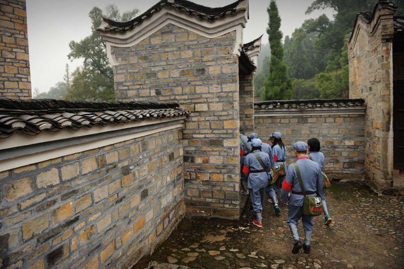 Les stagiaires de l'école visitent des lieux historiques liés à la Révolution culturelle pendant leurs 5 jours de formation. L'un des points d'orgue de leur parcours est l'ancienne maison de Mao Zedong, dans la province de Jiangxi.