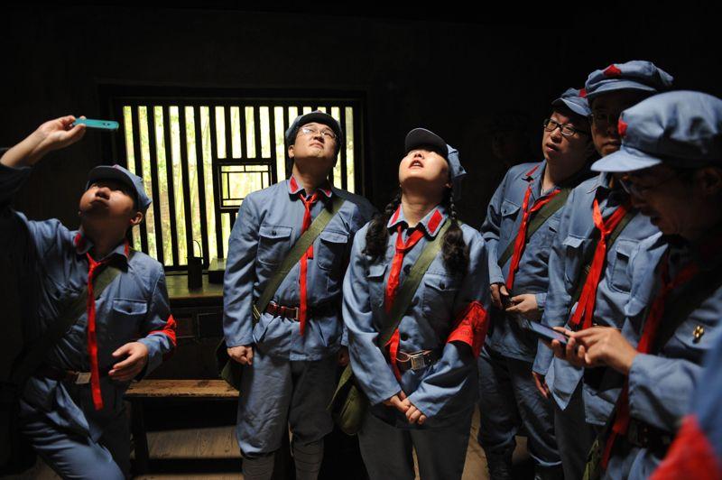 Habillés de l'uniforme des gardes rouges, ils s'imprègnent de l'environnement du Grand Timonier.