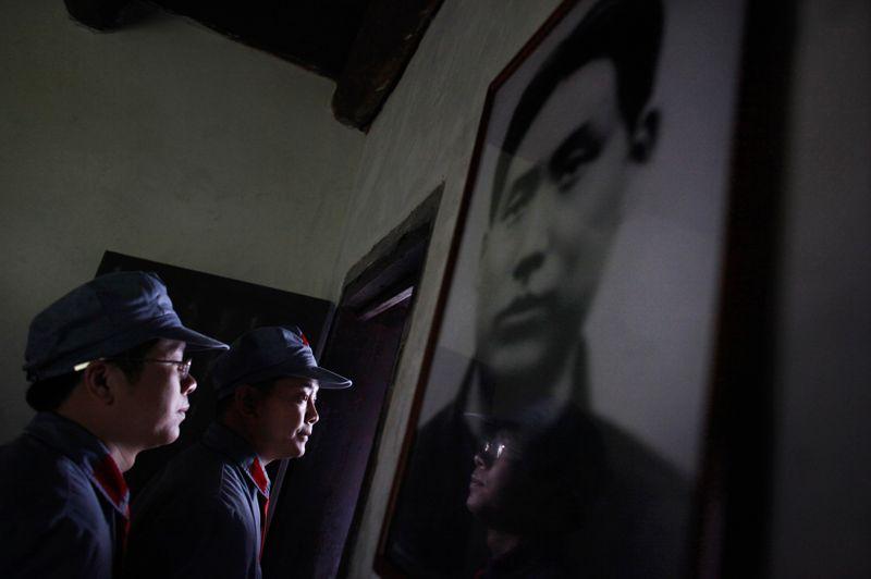 Les stagiaires face à une photo de Mao dans ses jeunes années. «Pour que les stagiaires retiennent quelque chose, il faut les émouvoir», explique une formatrice de l'école.