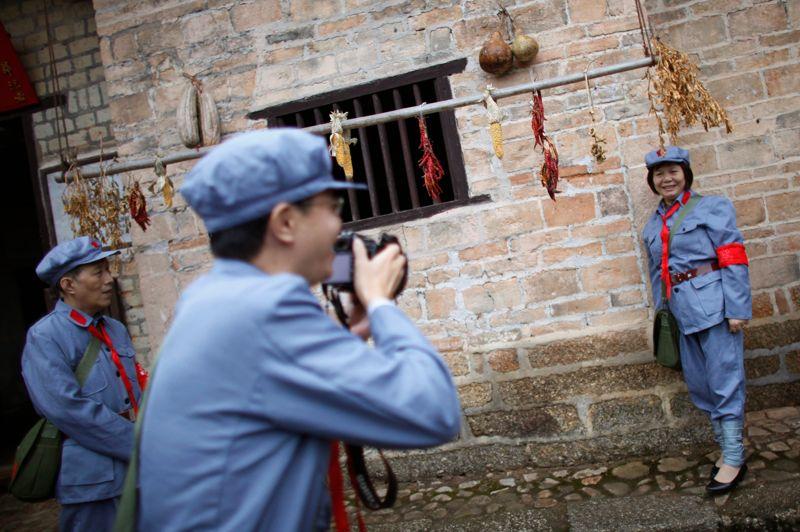 Séance de photos souvenirs devant la maison de l'ancien dirigeant.
