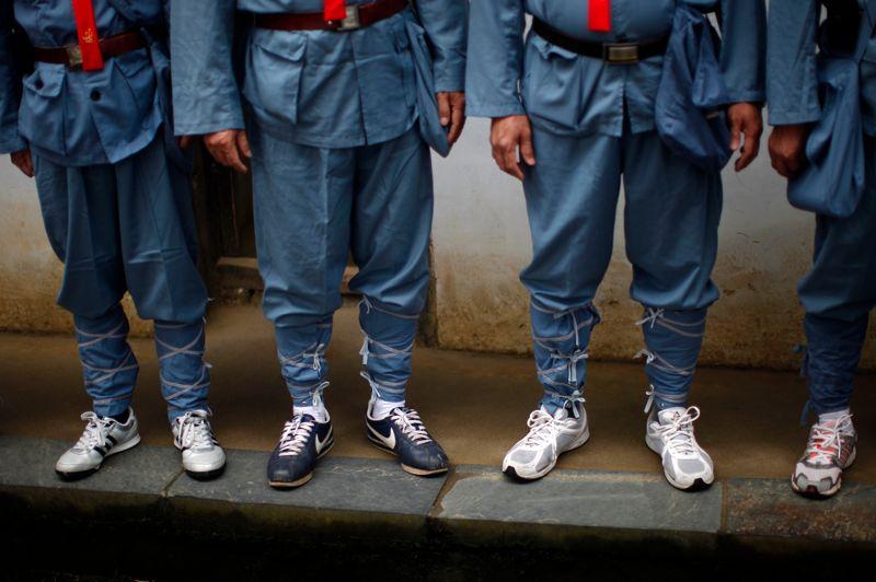 Les tenues des gardes rouges s'adaptent à la mode occidentale et livrent des contrastes saisissants, presque amusants.