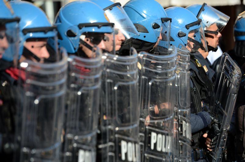 Un policier a été grièvement blessé à Turin et cinq autres plus légèrement à Milan lors d'affrontements violents en marge des manifestations organisées dans cent villes italiennes dans le cadre d'une journée de mobilisation européenne contre l'austérité.