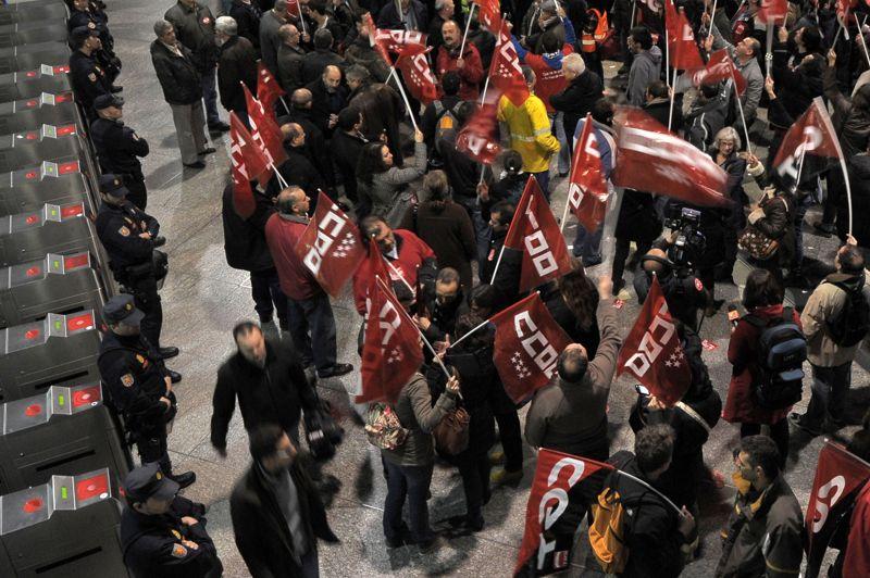 Les manifestants bloquent l'accès à la gare d'Atocha à Madrid. Depuis mercredi matin, l'Espagne vivait au ralenti pour la deuxième grève générale depuis l'arrivée au pouvoir il y a moins d'un an du gouvernement de Mariano Rajoy. Environ 120 manifestations ont été organisées à travers le pays.