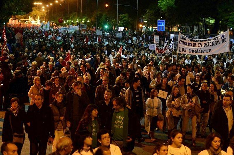 Des dizaines de milliers de manifestants ont défilé mercredi soir à Madrid, au cours d'une journée de grève générale contre la politique d'austérité menée par le gouvernement de droite, les coupes budgétaires dans la santé et l'éducation ou la hausse de la TVA.