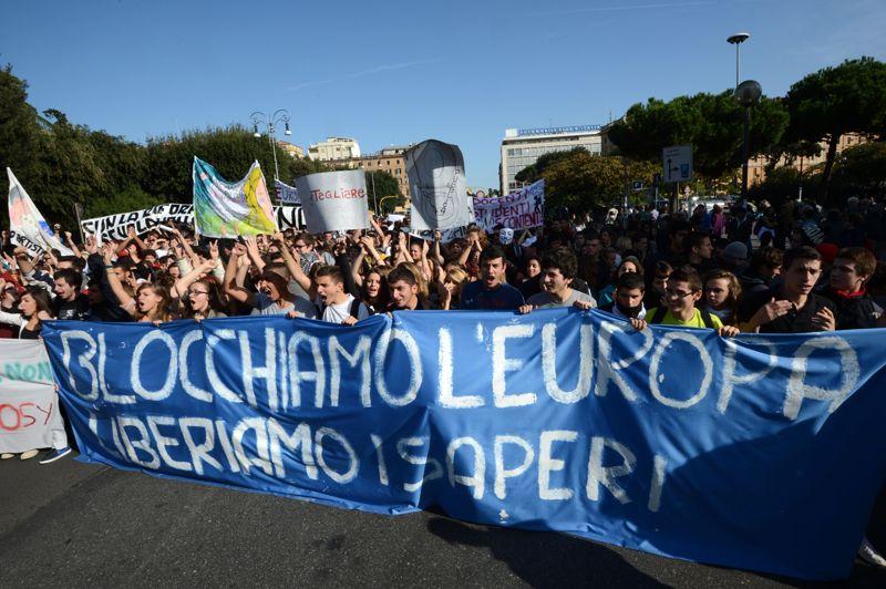 À Rome, des cortèges d'étudiants défilent pour manifester contre l'austérité. «Bloquons l'Europe, libérons les savoirs» peut-on lire sur leur banderole.