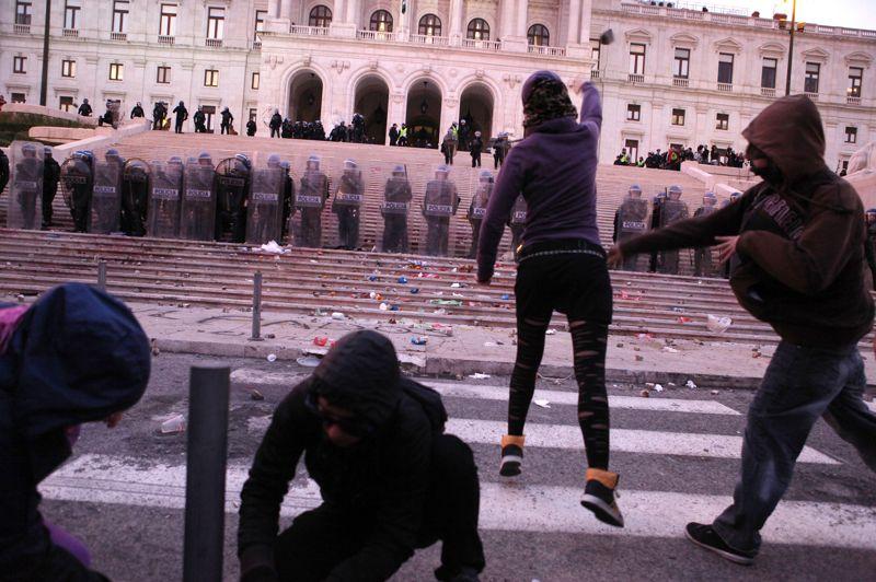 La police portugaise a chargé mercredi soir des protestataires, rassemblés devant le parlement à l'issue d'une manifestation organisée dans le cadre d'une grève générale contre les mesures d'austérité du gouvernement. Les forces de l'ordre ont repoussé les manifestants à coups de matraque après avoir été pendant plus d'une heure la cible de jets de pierres et d'ordures.