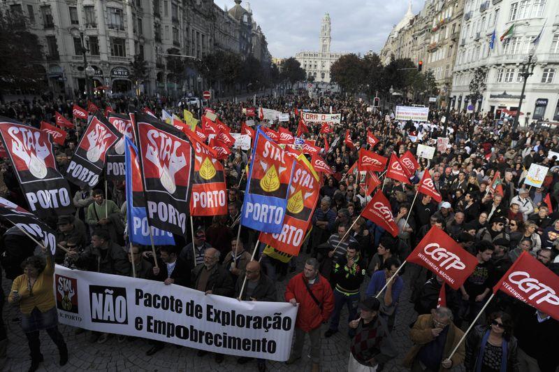 Plusieurs milliers de personnes ont défilé dans la capitale portugaise. Des rassemblements ont également eu lieu dans une quarantaine de villes du pays, notamment à Porto, la grande ville du nord, où environ 2.000 personnes ont manifesté.