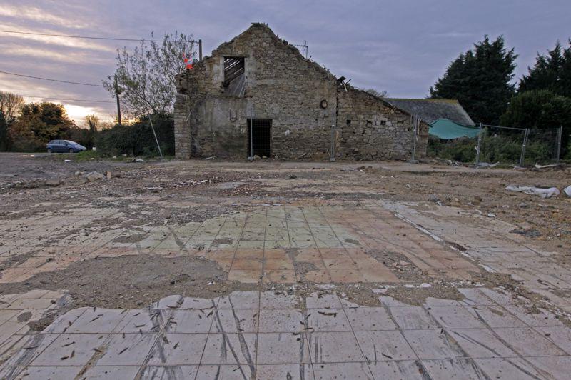 Bulldozer. Quelques jours après sa vente, la maison anciennement située sur ce terrain a très rapidement été rasée par des bulldozers. Les anciens propriétaires se sont volatilisés après la vente expresse de leur maison.