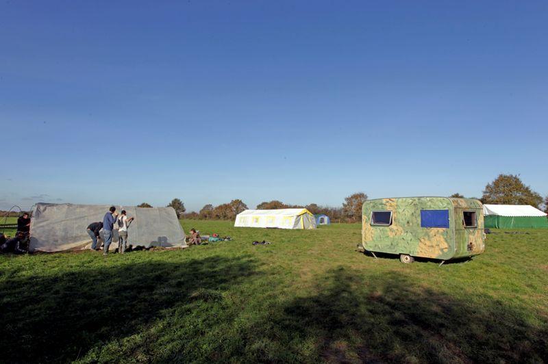 Camping. Les militants de la ZAD et des autres associations créées contre le projet d'aéroport montent des tentes de fortune et préparent le campement en vue de l'arrivée de centaines de sympathisants à leur cause. Tous sont venus participer à la grande manifestation prévue le 16 novembre prochain.