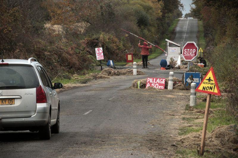 Check-point. L'un des multiples check-points sauvages installés par les militants de la ZAD dans la commune de Notre-Dame-des-Landes. Ils se relaient nuit et jour pour contrôler les automobilistes et avertir le cas échéant des mouvements de la gendarmerie.