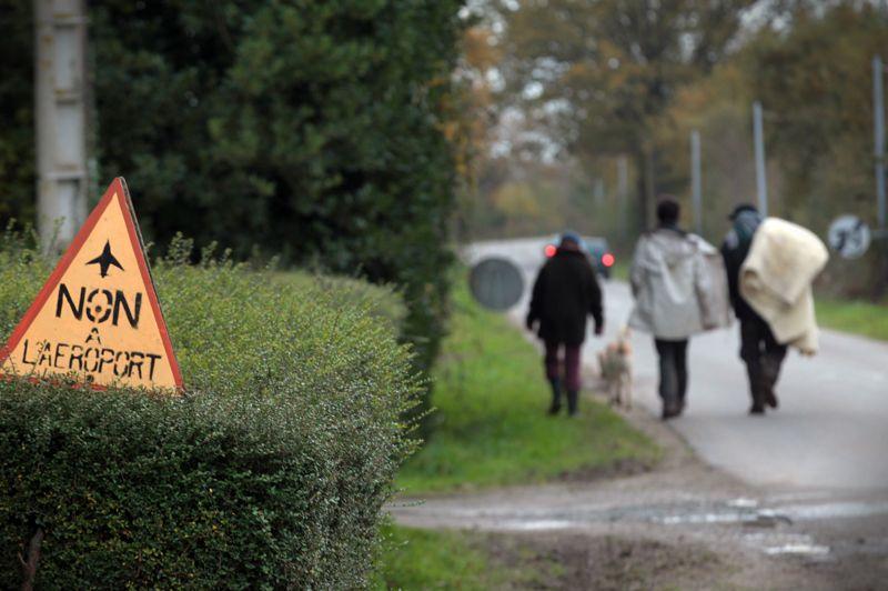La relève. Il est tôt ce matin et les militants se rendent à pied un à check-point pour prendre la relève des collègues qui ont passés la nuit à surveiller les routes de la commune. Une journée de plus dans la lutte contre ce projet qu'ils jugent tous totalement inutile.