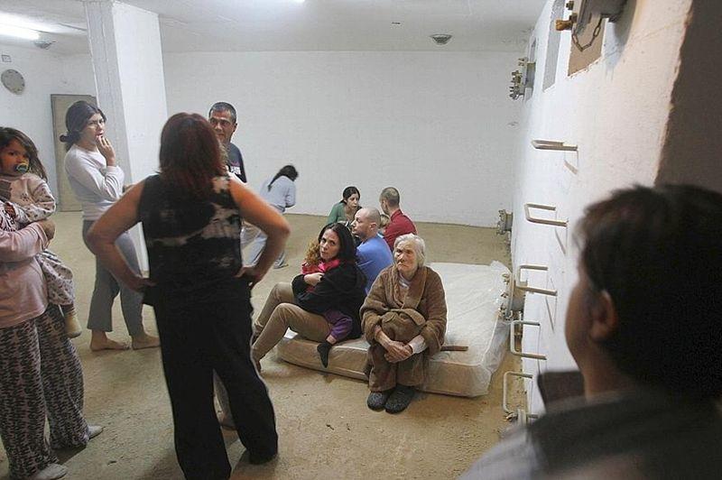 Dès le début des violences, la population du sud d'Israël a reçu l'ordre de se terrer dans les abris antibombes, comme ici à Beersheva. Dans les villes proches de la bande de Gaza, sous la menace des roquettes du Hamas, les civils n'ont que 15 secondes pour s'abriter.
