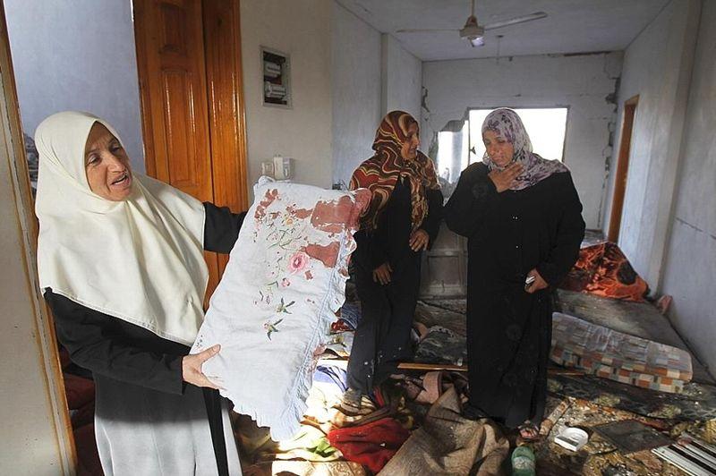 Des Palestiniennes découvrent les dégâts dans une maison détruite par un raid aérien israélien à Beit Hanoun, dans le nord de la bande de Gaza. Cette ville de 35.000 habitants est souvent visée par l'armée israélienne, qui cible des sites de lancement de roquettes du Hamas.