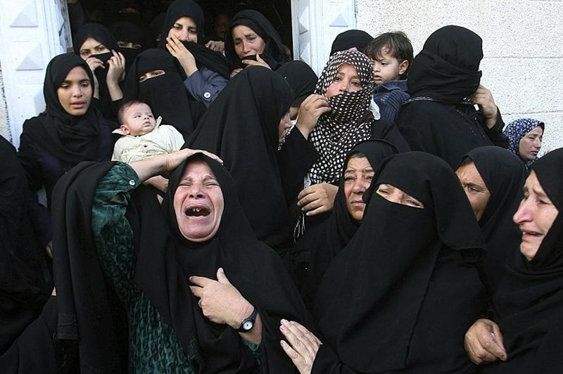 Des femmes pleurent la mort d'Hisham al-Galban, un militant du Hamas tué par une attaque de l'armée israélienne à Khan Younès, au sud de la bande de Gaza.